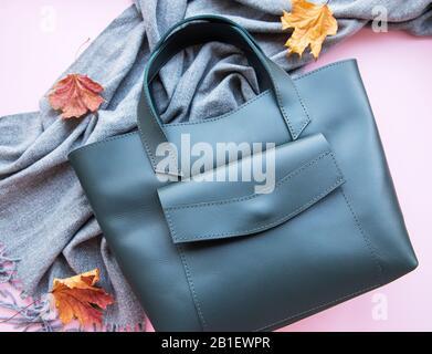 Sac en cuir vert et vêtements femmes, télévision lay Banque D'Images