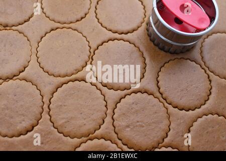 Couper les cookies de la pâte roulée. Faire des cookies maison, gros plan Banque D'Images