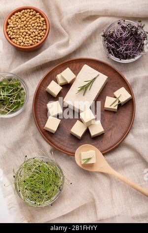 Concept de cuisine végétarienne. Microgreens et tofu au romarin