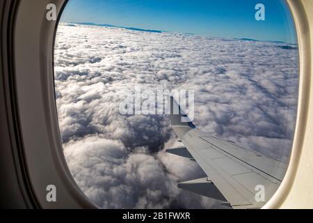 Oaxaca, Mexique - la vue d'un avion d'American Airlines survolant les nuages au-dessus des mensonges centraux d'Oaxaca.