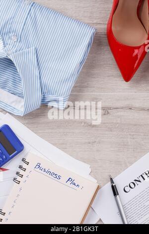 Contrat, planificateur et papeterie.