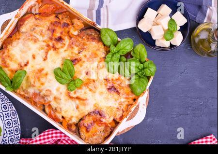 Courgettes saines lasagnes bolognaises dans un plat de cuisson.four cuisine italienne traditionnelle avec mozzarella, parmesan, basilic et légumes. Espace de copie. Ci-Dessus. Banque D'Images
