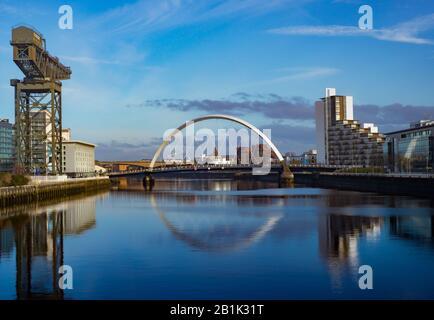 Clyde Arc Bridge Se Reflète dans la rivière lors d'une Sunny Day à Glasgow, en Écosse