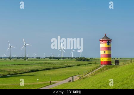 Phare De Pilsum Avec Turbines Éoliennes, Mer Du Nord, Frise Orientale, Allemagne Banque D'Images