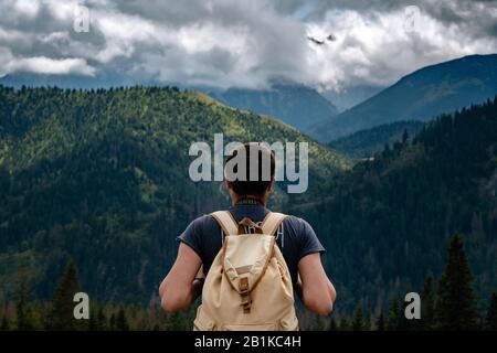 Homme randonnée dans les montagnes avec sac à dos lourd Voyage style de vie Wanderlust concept aventure été vacances en plein air seul dans la nature. Tatra National Banque D'Images