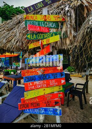 Baru, CARTAGENA, COLOMBIE - 09 NOVEMBRE 2019: Vue sur la plage paradisiaque avec les touristes de Playa Blanca sur l'île Baru. Banque D'Images