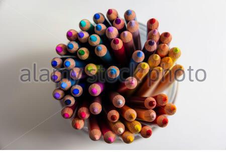crayons de couleur gros plan, outils de dessin, outils d'écriture, crayons de couleur macro, fournitures de bureau, arrangement coloré, outils d'esquisse en bois, Banque D'Images
