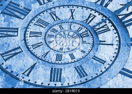 Horloge de l'ancienne église dans l'effet drost. Bleu classique Pantone 2020 année de couleur. Banque D'Images