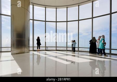 La plate-forme d'observation la plus élevée au monde, AU DERNIER ÉTAGE, au 124ème étage, à environ 500 m de hauteur, BURJ KHALIFA, Dubaï, Emirats arabes Unis, Moyen-Orient, Banque D'Images