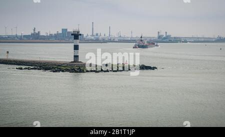 Crochet de Hollande, Rotterdam, Hollande-Méridionale, Pays-Bas - 23 avril 2019: Un feu de port et un navire entrant dans Europoort Banque D'Images