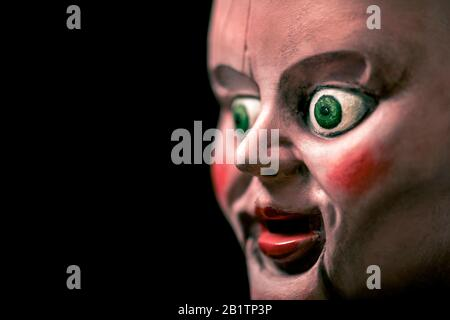 Tête de poupée créepy dans le noir