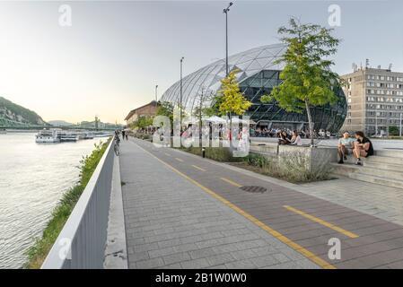Budapest, Hongrie - 13 septembre 2019 : Balna ou Whale Centre commercial et culturel moderne sur la rive du Danube - pont de la liberté au loin. Banque D'Images
