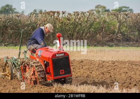 Tracteur à chenilles Bristol de classe ancienne charrue de champ de sillon laboureur Angleterre Farming Match concurrence Pays Banque D'Images