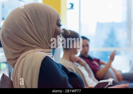 Groupe d'une jeune entreprise multiethnique personnes brainstorming et discuter plan d'affaires sur la réunion à l'intérieur ensoleillé lumineux de bureau. Banque D'Images