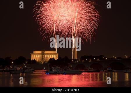 Washington DC 4 juillet 2018 : feux d'artifice sur le Washington Monument et le Lincoln Memorial le 4 juillet 2018. Reflet des feux d'artifice visibles dans le Potoma Banque D'Images
