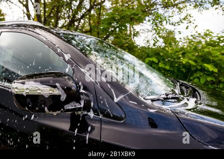 Lavage de voiture extérieur avec savon en mousse actif. Concept de service de nettoyage commercial. Banque D'Images