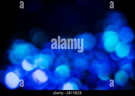 Arrière-plan abstrait avec des lumières bleues floues. Espace pour le texte. Banque D'Images