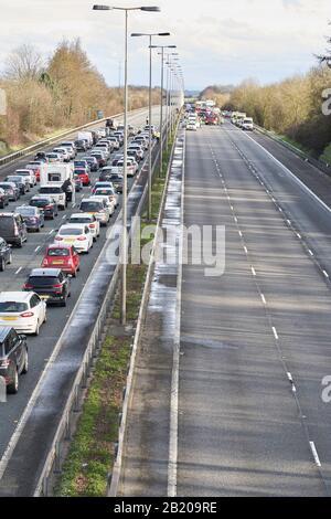 Les services d'urgence fermant l'autoroute pour assister à un accident provoquant un bourrage de circulation