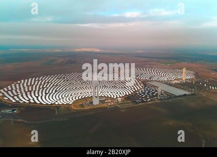 Image drone point de vue Gemasolar Concentré solaire centrale CSP forme circulaire, Sevilla, Espagne Banque D'Images