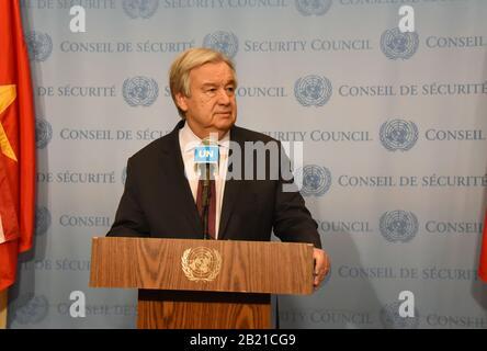 Nations Unies, New York, NY, États-Unis. 28 février 2020. Le Secrétaire général des Nations Unies, Antonio Guterres, assiste à une rencontre de presse au siège des Nations Unies à New York, le 28 février 2020. Les dernières attaques menées dans le nord-ouest de la Syrie par l'opposition marquent « l'un des moments les plus alarmants » dans le conflit de près de neuf ans, a déclaré Guterres vendredi. Crédit: Wang Jiangang/Xinhua/Alay Live News Crédit: Xinhua/Alay Live News