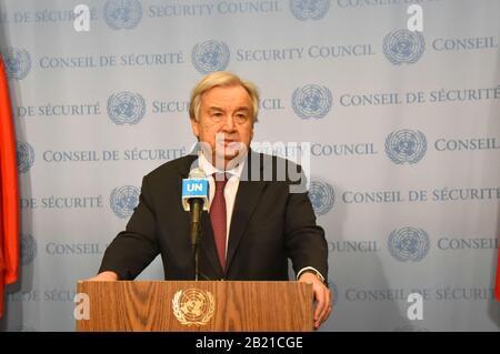 Nations Unies, New York, NY, États-Unis. 28 février 2020. Le Secrétaire général des Nations Unies, Antonio Guterres, s'adresse aux journalistes lors d'une rencontre de presse au siège de l'ONU à New York, le 28 février 2020. Les dernières attaques menées dans le nord-ouest de la Syrie par l'opposition marquent « l'un des moments les plus alarmants » dans le conflit de près de neuf ans, a déclaré Guterres vendredi. Crédit: Wang Jiangang/Xinhua/Alay Live News Crédit: Xinhua/Alay Live News