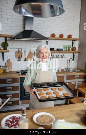 Femme âgée cuisine pâtisserie dans sa cuisine