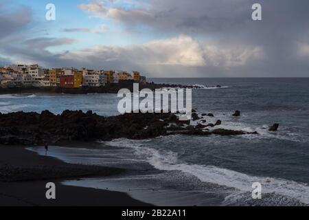 Puerto de la Cruz, Tenerife, Espagne -Jaunary 9, 2020: Coucher de soleil au cap Punta Brava de La Célèbre plage Playa jardin avec sable noir à Puerto de la C Banque D'Images