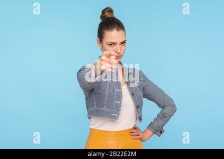 Hé, êtes-vous prêt ? Portrait d'une dame ferme bossy avec un pain de cheveux dans des vêtements à la mode pointant vers l'appareil-photo, l'enseignant en colère scindant, accusant. Dans Banque D'Images