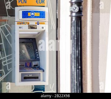 Cassé, hors de la commande Euronet ATM, machine à argent, a brisé l'écran de verre avant endommagé. Vol de guichet automatique, concept de sécurité monétaire, hors service, vue latérale Banque D'Images