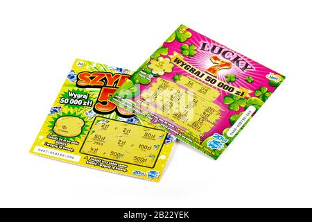 Deux billets de loterie polonais à gratter. Jeux de hasard, argent gagnant, deux coupons de papier de loterie, billets, gratteries, cartes à gratter isolées sur blanc