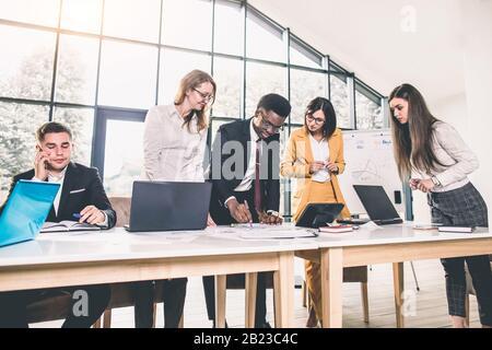Photo de jeunes architectes discuter in office