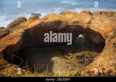 Oregon, États-Unis : formation de roches dans la zone naturelle de l'État de Devils Punch Bowl