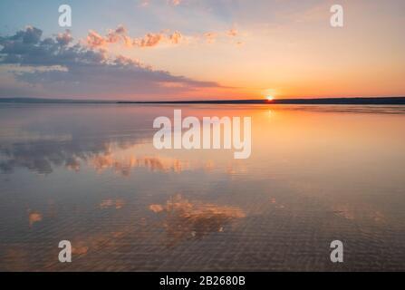 Ciel spectaculaire au coucher du soleil sur la côte du Devon du Nord, lueur romantique, magnifique, littoral, mer, côte, réflexions, style de vie, horizon, Sud-Ouest, Royaume-Uni Banque D'Images