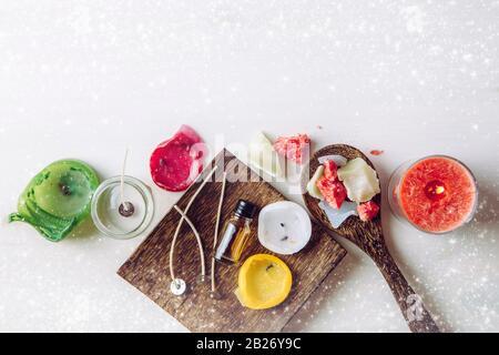 Réutilisation de vieux bougies restes et faire fondre un nouveau: Divers ingrédients sur la table: Bougie mèches, pot en verre, vieux bougies cire, huile d'arôme. Une vie de premier plan Banque D'Images
