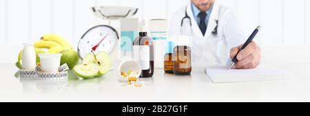 Diététiste nutritionniste médecin prescription assis au bureau bureau avec Apple, le yogourt, les médicaments, mètre ruban et de l'échelle, et en bonne santé