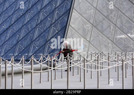 Paris. 11 mars 2019. Photo du dossier prise le 11 mars 2019 montre un homme devant le Musée du Louvre à Paris, France. Le musée du Louvre a été fermé le 1er mars en raison de l'épidémie de coronavirus qui s'étend. Crédit: Gao Jing/Xinhua/Alay Live News Banque D'Images