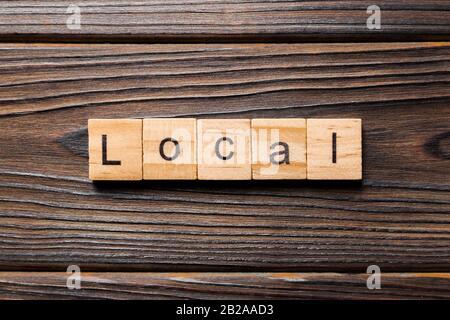 Mot local écrit sur la cale en bois. local texte sur table, concept. Banque D'Images