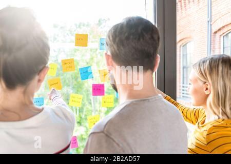 Les gens d'affaires réunion au bureau et utiliser post it à partager idée. Concept de réflexion. Sticky note sur la paroi en verre.