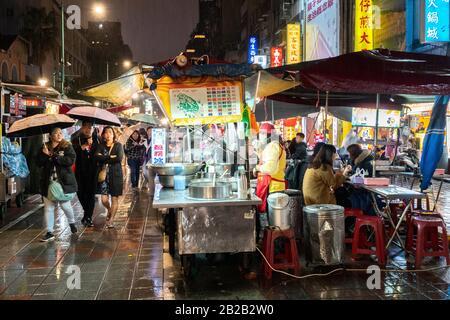 Étals de restauration de marché de nuit dans la ville de Taipei, Taiwan Banque D'Images