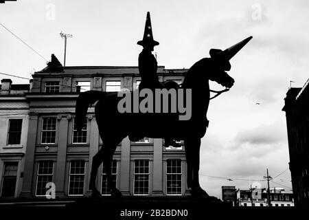 Silhouette de la statue du duc de Wellington dans le centre-ville de Glasgow par un cône pro-européen remplaçant le cône de circulation traditionnel sur sa tête