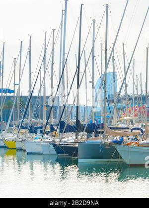 Yachts au port de plaisance dans le célèbre Port Vell. Barcelone, Espagne Banque D'Images