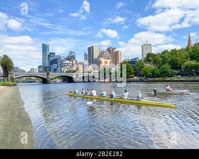 Vue sur la ville de l'autre côté de la Yarra River depuis Alexandra Gardens, Melbourne, Victoria, Australie