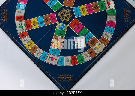 Orlando, FL/USA-2/12/20: Jeu De Poursuite trivial mis en place pour jouer qui est un jeu de société du Canada dans lequel le gain est déterminé par la capacité d'un joueur t