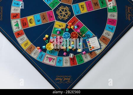 Orlando, FL/USA-2/12/20: Des pièces de Jeu De Poursuite triviales qui est un jeu de société du Canada dans lequel le gain est déterminé par la capacité d'un joueur à répondre