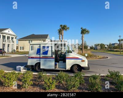 Orlando, FL/USA-1/21/20: Un service postal des États-Unis, USPS, Des Livraisons De Camions dans une région de banlieue. Banque D'Images