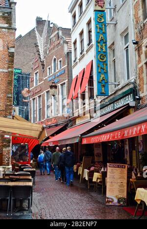 Bruxelles, Belgique : Vue Sur La Rue Des Bouchers Bruxelles, Belgique. Restaurants : Restaurant Chinois De Shanghai, Le Marin, L'Ailequin, Le Vieux Bruxelles Banque D'Images