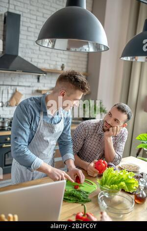 Un petit déjeuner composé de jeunes gays se sent heureux