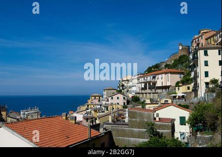 Riomaggiore donne sur la mer dans la province de la Spezia, se trouve dans le parc naturel des Cinque Terre en Ligurie, dans le nord-ouest de l'Italie. Il est inscrit sur la liste du patrimoine mondial de l'UNESCO