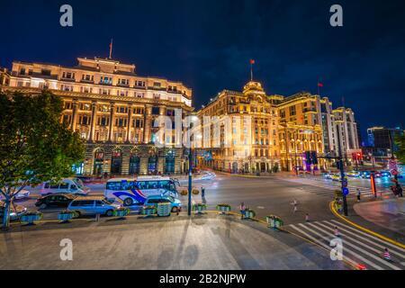 Shanghai, CHINE, 27 OCTOBRE : vue nocturne des bâtiments coloniaux historiques le long du Bund dans le centre-ville le 27 octobre 2019 à Shanghai Banque D'Images