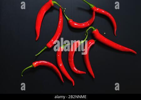 Poivrons chauds rouges sur fond sombre